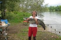 Vítězný recept na sumce vyzkoušel Karel Štabrňák na rybě, kterou ulovila jeho přítelkyně.