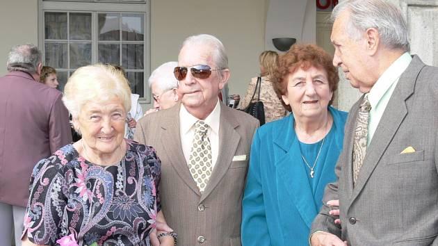 Šedesát let jsou spolu manželé Zdeňka a Bohumil a Drahomíra a Vladimír Váchovi (zleva), kteří se sešli v sobotu před českobudějovickou radnicí.