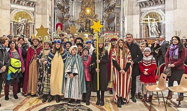 Koledníci sedmi zemí ve Vatikánu.