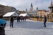 Budějčáci už nazuli brusle a vyrazili na led. Bruslení na náměstí Přemysla Otakara II. bylo zahájeno v neděli 1. prosince.