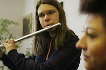 Flétnistka z českobudějovické konzervatoře Anežka Vargová vyhrála nedávno dvě soutěže. Na snímku s učitelkou klavíru Evou Mezerovou.