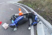 Řidič peugeotu v Mladém přehlédl ženu na mopedu.