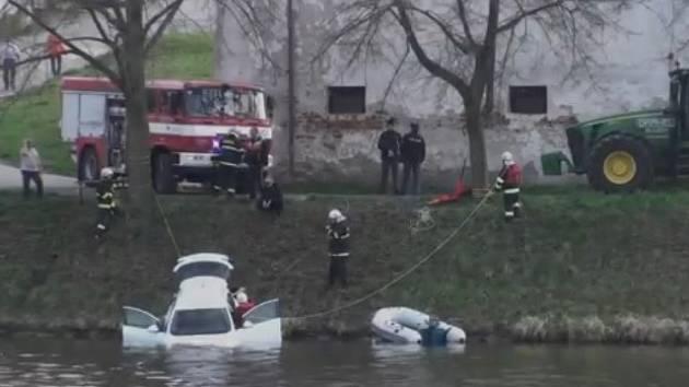 Auto v řece v Týně nad Vltavou.