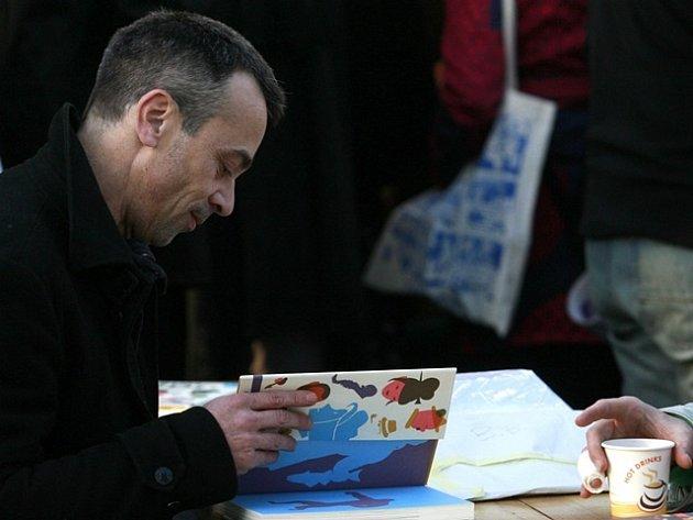 Francouzský kreslíř Blexbolex na festivalu Tabook.