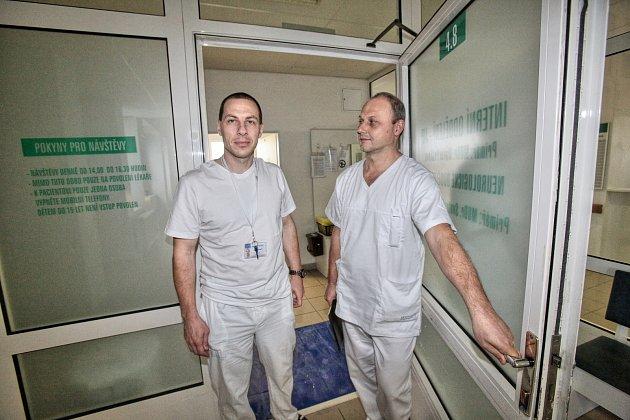 Na snímku zleva primář českobudějovické neurologie Svatopluk Ostrý a neurochirurg Jiří Fiedler.
