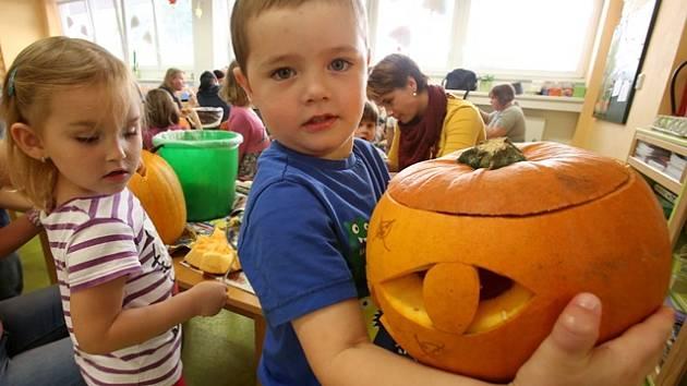 Děti z českobudějovické Mateřské školy Staroměstská při přípravách na Halloween.