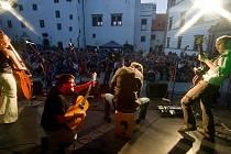 Jihočeská skupina Epy de Mye, hrající beat folk, zvítězila na rockovém festivalu v Kolíně a vyhrála 50 000 korun na natočení alba. Na snímku si užívá vystoupení na Folkové růži v Jindřichově Hradci.