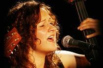 Souhra kontrabasistky Lucie Cíchové (na snímku) a kytaristy Jana Přesličky ze skupiny Epy de Mye byla na středečním koncertě v budějovickém klubu Solnice dokonalá.