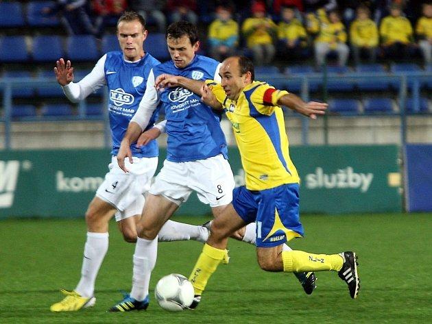 Štrbák a Šiml ve Zlíně atakují domácího Polácha: Zlín - Táborsko v pondělní druholigové dohrávce 0:1.