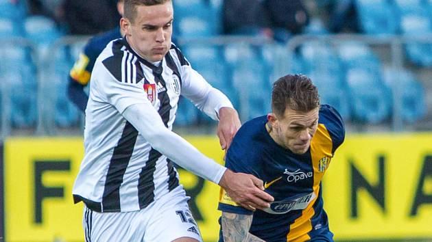 Jan Hála v zápase Dynama v Opavě atakuje domácího Petra Zapalače. V pátek s Vlašimí v dalším kole Dynamo nehraje, zápas byl odložen.