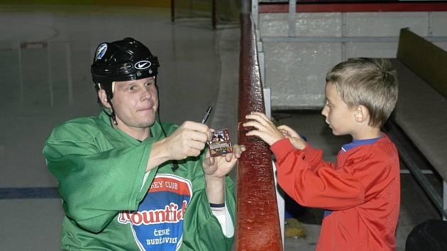 Mistr světa z Vídně v roce 1996 a vítěz Stanley Cupu o osm let později Stanislav Neckář je nejen výborným hokejistou, ale proslul i svou kamarádskou povahou. Žádost malých fanoušků hokeje o autogram nikdy neodmítne.