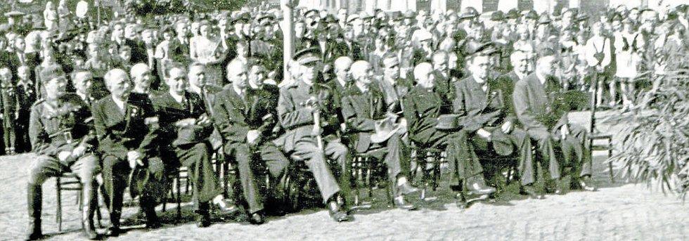 Představitelé Revolučního národního výboru v Týně nad Vltavou během oslav osvobození 13. 5. 1945.