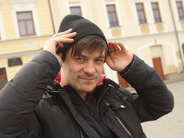 Jiří Mádl natáčel vjižních Čechách dokument České televize Tajemství rodu okořenech své rodiny. Na snímku herec na návsi vDubném.