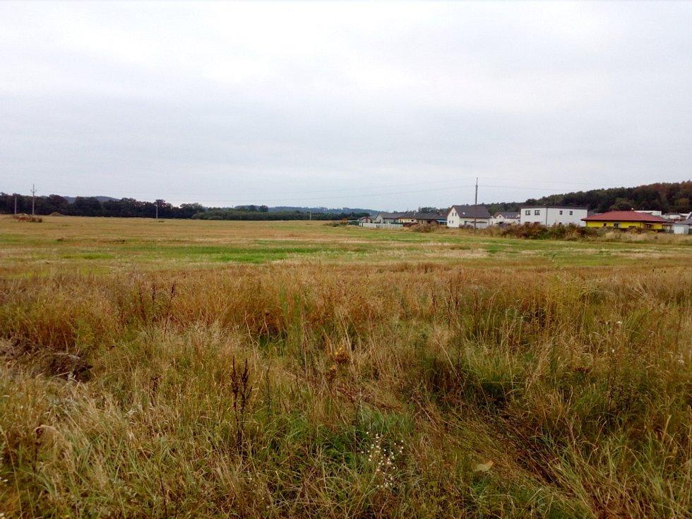 V polích mezi Včelnou a Roudným chce Jihočeský kraj stavět jižní tangentu, která spojí silnici I/3 a budoucí D3 u Roudného.
