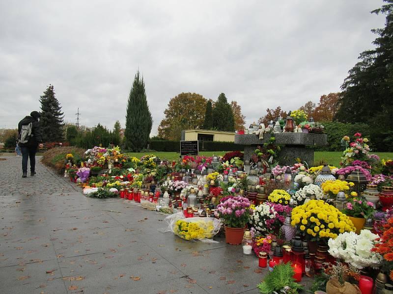 Po pohřebním obřadu nejsou v době vládních nařízení kvůli covidu povolené smuteční hostiny, a to jak v restauracích či stravovacích zařízeních, tak ani v okruhu blízkých doma.