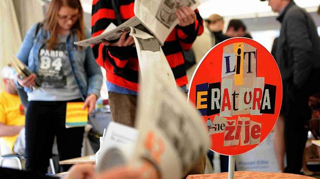 V Českých Budějovicích začal festival Literatura žije. Ve stanu na náměstí s čítárnou a literární kavárnou si lidé mohou do pátku zdarma vybrat některou ze 7000 knih.