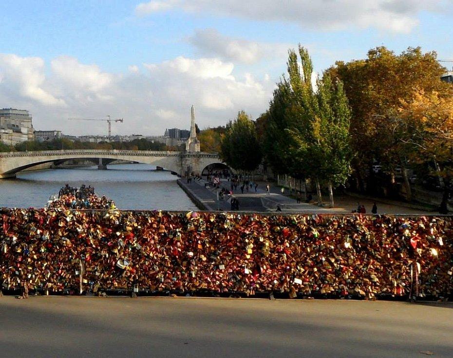 Ze slavného mostu Pont des Arts přes Seinu v Paříži odstraňovali zámky v roce 2017, kovové důkazy i pojistky lásky dohromady vážily asi 45 tun. Most zamilovaných je nedaleko Notre-Dame.