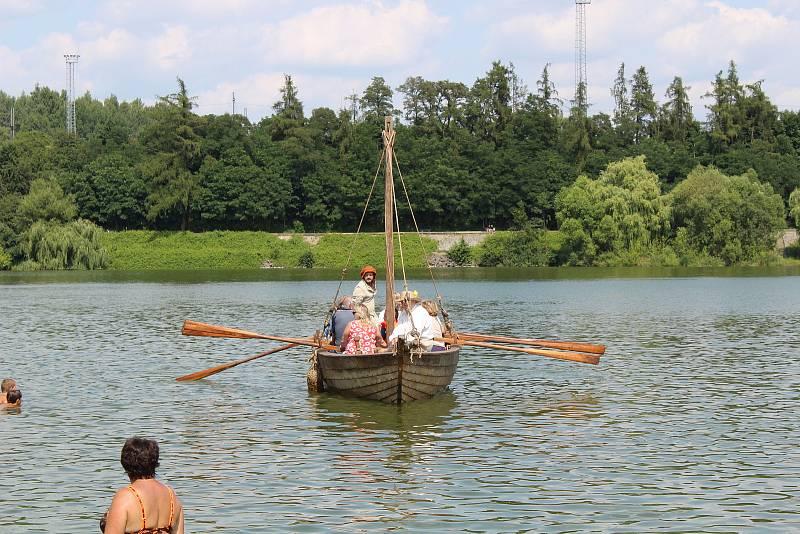 Vlny rybníka Jordán v Táboře během pátečního odpoledne brázdila unikátní replika středověkého rybářského říčního člunu z 15. století.