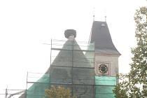 V Dubném začala oprava střechy kostela. Domov čápům na střeše zůstane.