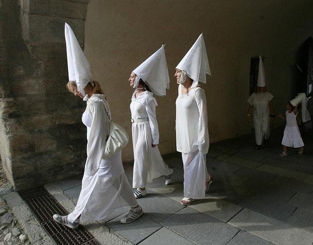 V sobotu se obyvatelé Jindřichova Hradce pokusili překonat rekord v počtu Bílých paní shromážděných na jednom místě. Ten až dosud drželo město Telč s počtem 219 kostýmovaných účastníků.