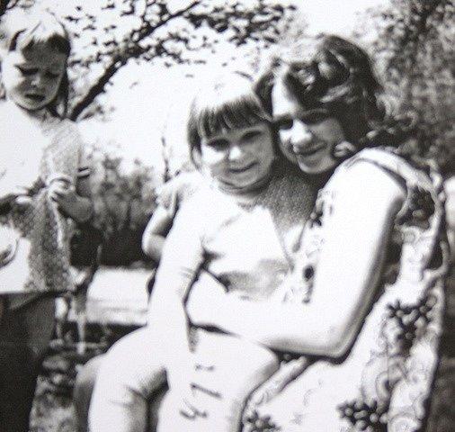 Fotografie pochází      z doby, kdy Lada Seimlová ve školce začínala. S ní je vyfocená Jana Bezpalcová, která zde dnes také pracuje.