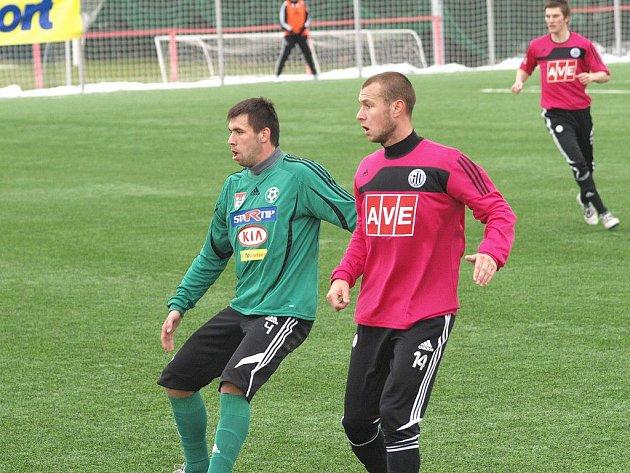 Tomáš Stráský (vpravo atakuje příbramského Štochla) dal v zápase Dynama s Příbramí (2:0) už čtvrtý gól v zimní přípravě v řadě.