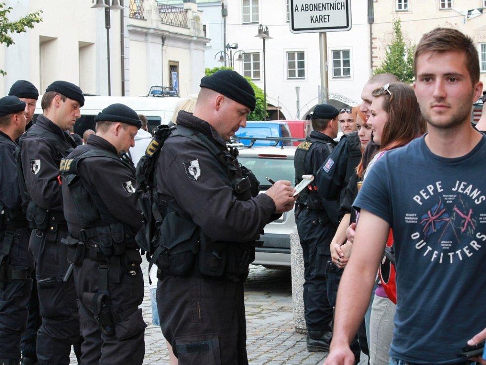 Lidi mířící do centra policisté důkladně kontrolovali.