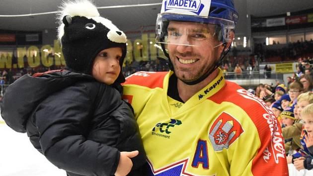 Obránce ČEZ Motoru René Vydarený slavil vysokou výhru nad Prostějovem i se svým synkem v náručí.