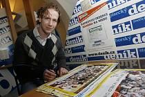 Mistr světa Filip Novák podepisuje čtenářům Deníku plakáty světových šampionů.