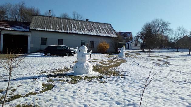 Na některých místech jižních Čech se ještě i v závěru března 2020 držel sníh. Na snímku sněhuláci v Jankově.