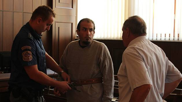 Obžalovaný cizinec Rafael Antonio Ruiz Ortega (37) pašoval kokain do Vídně. Málem ho to stálo život. Komplicové ho odvezli na jih Čech, zdejší krajský soud ho poslal na tři roky za mříže.