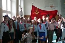 Akce k výročí 17. listopadu na Biskupském gymnáziu v Českých Budějovicích. Na gymnáziu se mísily květinové děti s těmi s rudými pionýrskými šátky.
