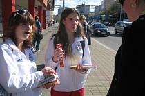 I vám se může stát, že vás v těchto dnech osloví dívky v klubových barvách Jihostroje České Budějovice. Barboru Tuškovou a Karolínu Vlčkovou jsme zastihli na Pražské ulici, kde byl o lístky velký zájem.