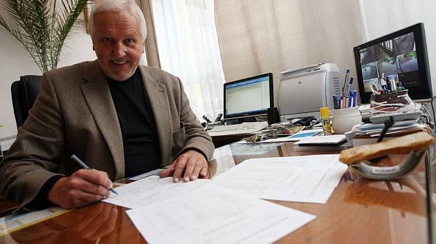 Ředitel základní školy a základní umělecké školy Bezdrevská na českobudějovickém sídlišti Vltava Pravoslav Němeček s koncem školy rozdá přes tisíc podpisů na vysvědčení.
