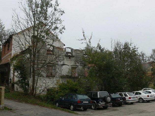 Nezabezpečená ruina Kolínův mlýn v Trhových Svinech láká děti k nebezpečným expedicím