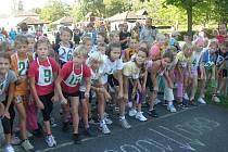 Malí závodníci čekají na start.