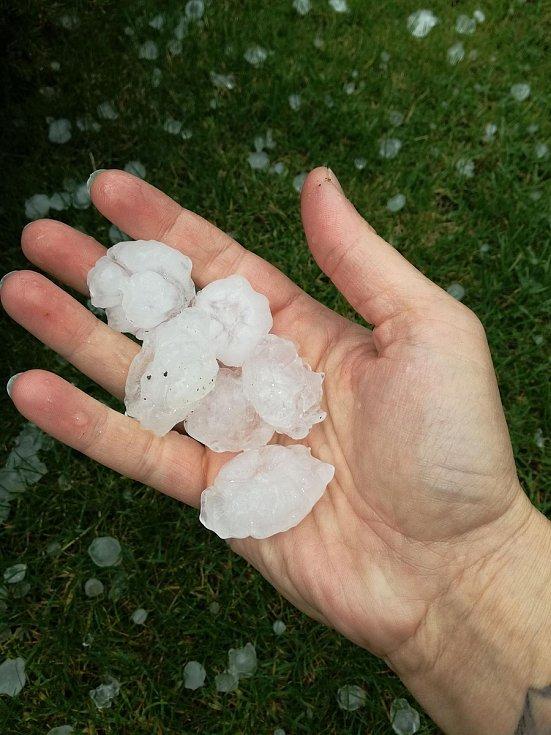 Část Jihočeského kraje, zejména Českobudějovicko, zasáhly v neděli odpoledne intenzivní bouřky doprovázené silným deštěm a krupobitím. Snímek je ze Srubce.