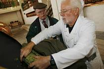 Iain Dobson (v bílém) celý den kontroloval společně se sládkem Budvaru provoz ve výrobě. Šanci stát se na den sládkem získal v charitativní dražbě na největším britském pivním festivalu.