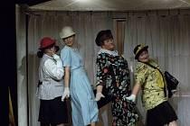 Z nového představení ženského amatérského divadelního spolku Sextánky, který na scéně DS J.K.Tyl v listopadu a prosinci loňského roku hostoval.