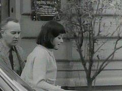 Jiří Pleskot a Jana Brejchová před vchodem do hotelu Otava. Prozrazuje to i cedule.