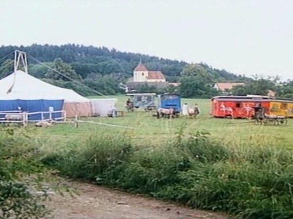 """Nanebevzetí Panny Marie (na horizontu) byl doložen r. 1358.Vr. 1987 """"hrál""""vpohádce. Cirkus Berousek se usadil na louce vblízkosti obce."""