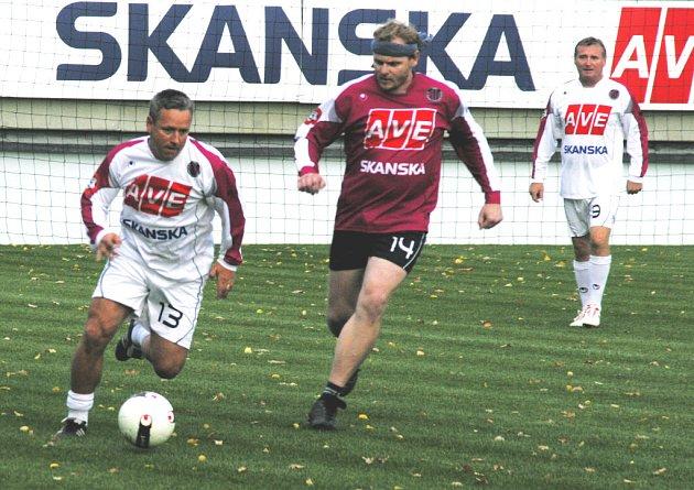 Dvořáka v úniku pronásleduje redaktor Deníku Gális, vpravo přihlíží nejlepší hráč Dynama Milan Čadek.