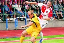Pavel Mezlík uniká slávistovi Grajciarovi (ač se hrálo na těžkém terénu, byl to dobrý fotbal): Slavia – Dynamo 1:0.