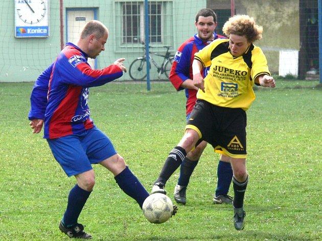 Domácí Milan Rozum (vlevo) a štěpánovický Jiří Šaub bojují o míč na Akře v Českých Budějovicích. Štěpánovice jely domů s prázdnou a nadále bojují o záchranu v OP.