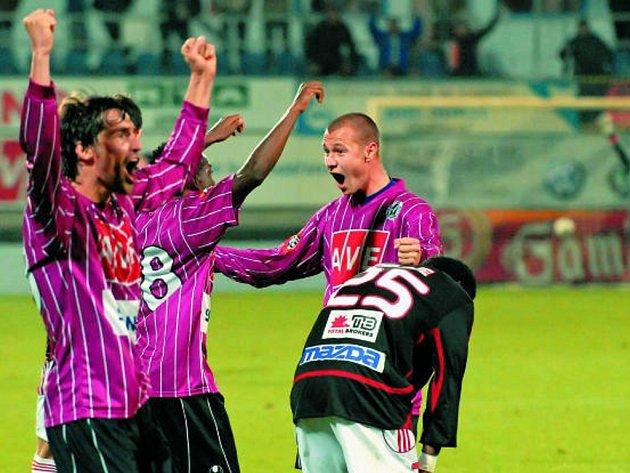 Tomáš Stráský (vpravo) v tuto chvíli už ví, že jeho tým ani poosmé neprohraje!