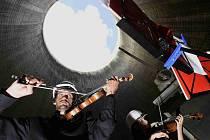 Kvarteto Jihočeské filharmonie zahrálo 20. června v chladicí věži Jaderné elektrárny Temelín. Zazněly skladby Mozarta, Debussyho a Dvořáka. Na snímku houslista Martin Týml, koncertní mistr Jihočeské filharmonie.