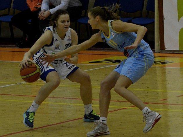 REPREZENTANTKY. Seniorská reprezentantka Kateřina Elhotová z USK Praha (vpravo) proti juniorské Jolaně Krejčové.