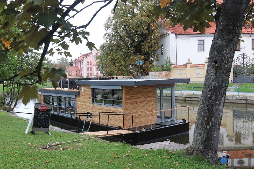 Do nové kavárny Vlnna se vstupuje ze Sokolského ostrova.