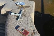 Mobil nebo brýle našli zaměstnanci českobudějovické společnosti ČEVAK při pondělním čištění Samsonovy kašny.