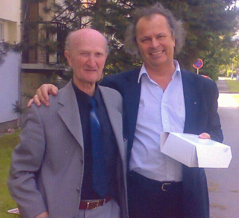 Ladislav Havel, jihočeská legenda, která naučila hrát na housle stovky žáků včetně Pavla Šporcla, slavil 22. května 2015 své 90. narozeniny. Na snímku s Václavem Hudečkem.